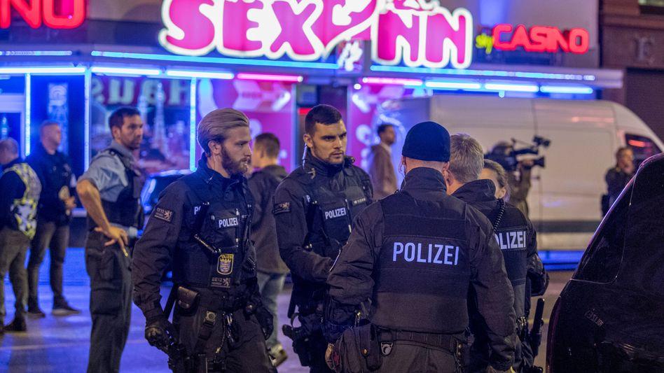 Polizisten vor einem Rotlicht-Etablissement im Frankfurter Bahnhofsviertel