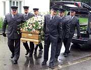 Der Sarg Christiane Herzogs war über und über mit Rosen bedeckt