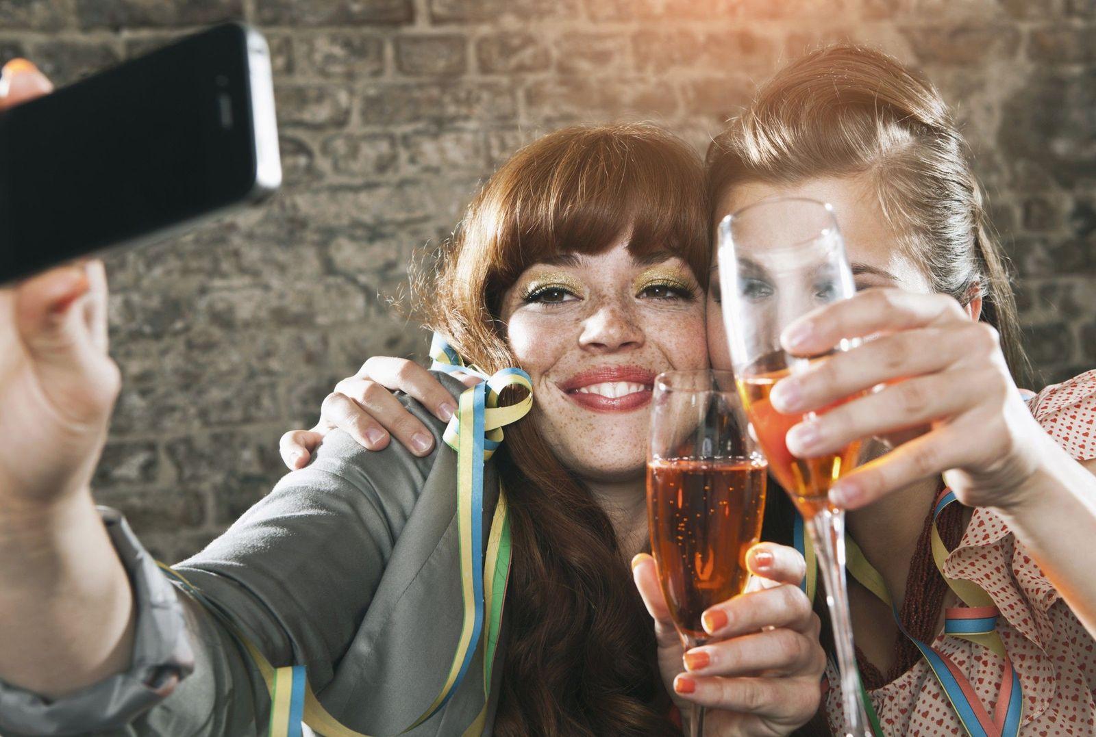 NICHT MEHR VERWENDEN! - SYMBOLBILD Studenten/ Champagner
