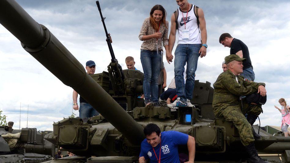 Besucher des Park 'Patriot' bei Moskau