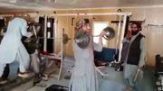 Taliban auf dem Karussell. Taliban im Fitnessstudio. Taliban mit Softeis