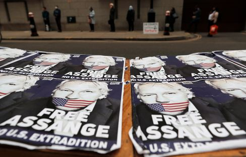 Julian-Assange-Plakate