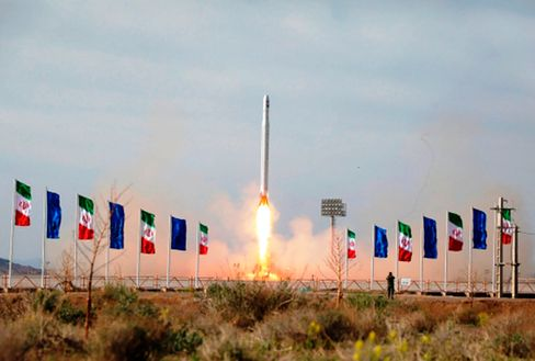 Der Start einer iranischen Rakete mit einem Satelliten an Bord