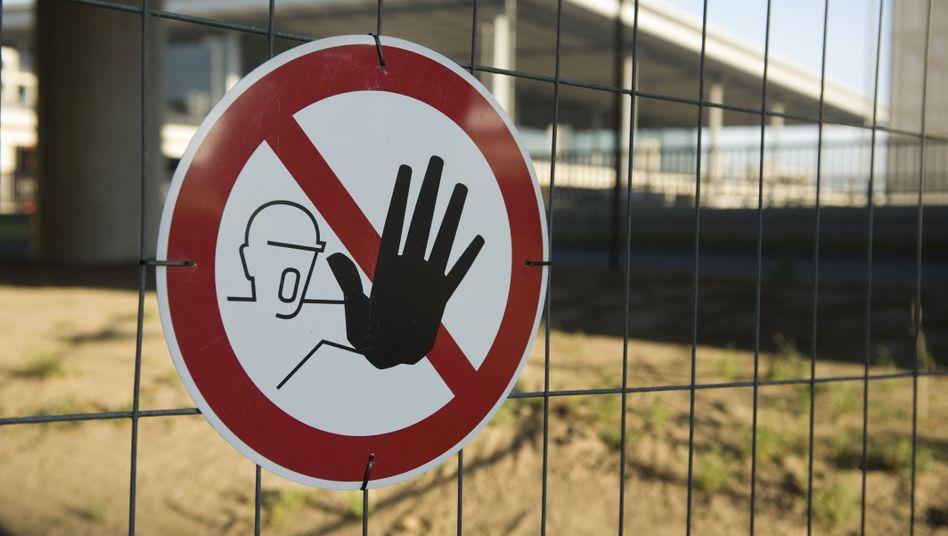 Warnschild an der Baustelle des Flughafens Berlin-Brandenburg: Forderung abgelehnt