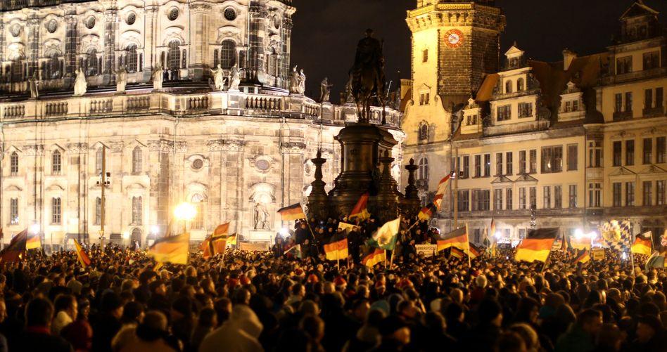 Pegida-Aufmarsch in Dresden: Schwarz-Rot-Dumpf