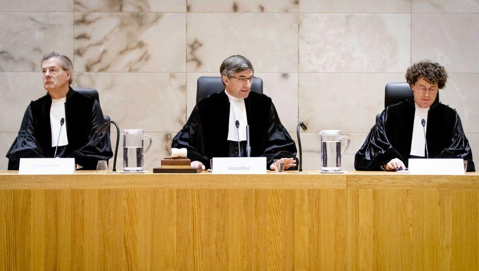 """Vorsitzender Richter Streefkerk (Mitte) und Kollegen am Obersten Gerichtshof der Niederlande: """"Das Urteil zeigt, dass niemand machtlos ist"""""""