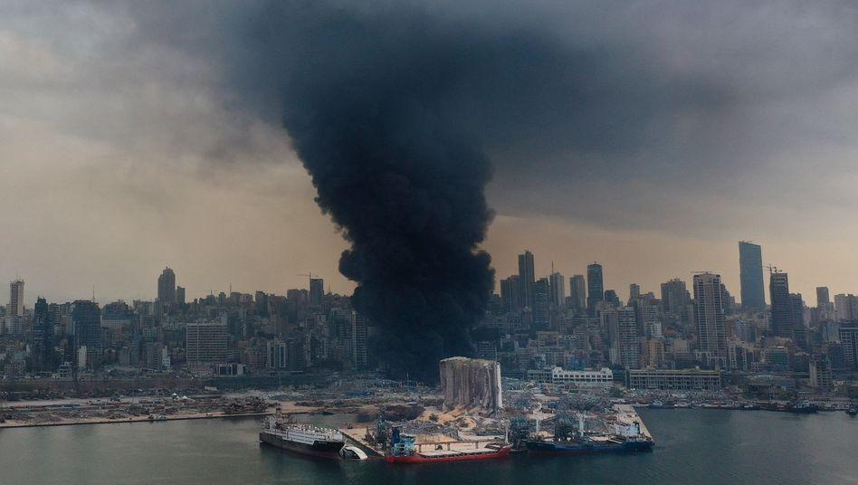 Rauch zieht vom Beiruter Hafen Richtung Stadt: Berichten zufolge fällt vielen Anwohnern das Atmen schwer