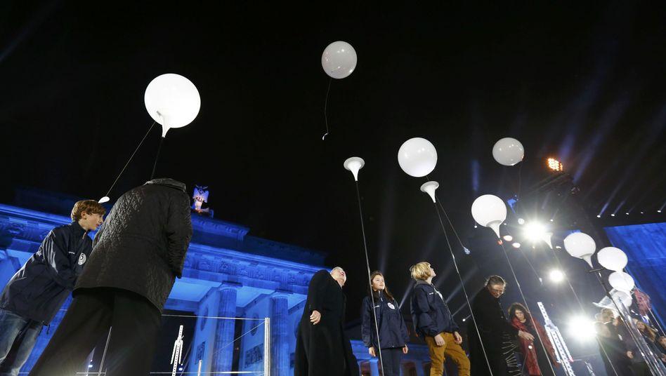 Abflug der weißen Ballons in Berlin: Einer schaffte es bis nach Lettland