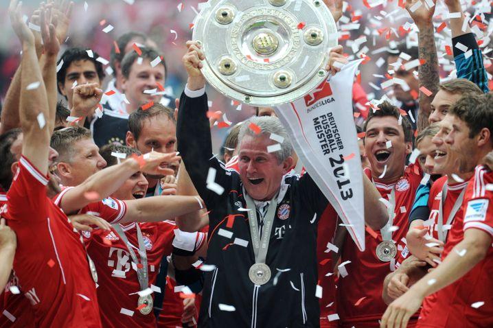 Jupp Heynckes jubelt mit der Meisterschale 2013