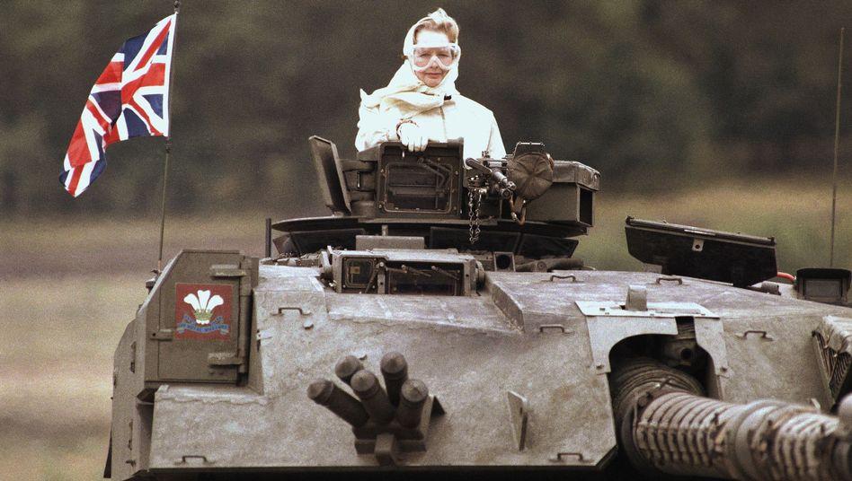 Margaret Thatcher bei einem Truppenbesuch in Deutschland (1986): Sowjetische Überreaktion verhindern