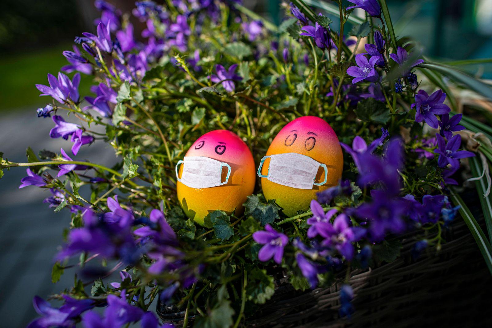 07.04.2020, Ostern Ostertage in Zeiten von Corona , Symbolbild , bunt angemaltes Osterei mit Mundschutz Mund-Nasen-Schut