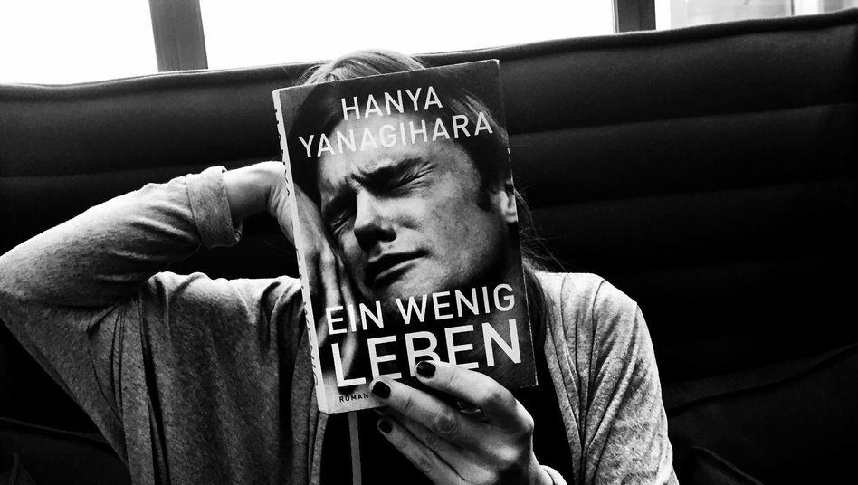 """Bookface-Bild mit """"Ein wenig Leben""""-Cover"""