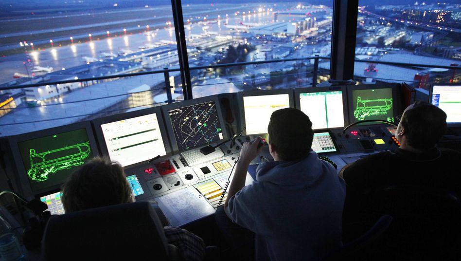 Fluglotsen der Deutschen Flugsicherung im Tower des Flughafens Düsseldorf