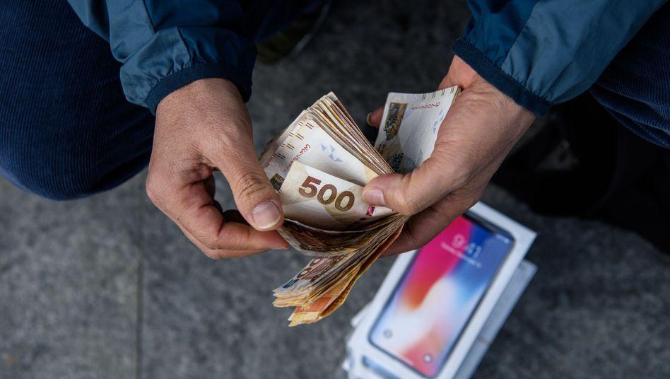 iPhone-Verkäufer in Hongkong zählt Bargeld