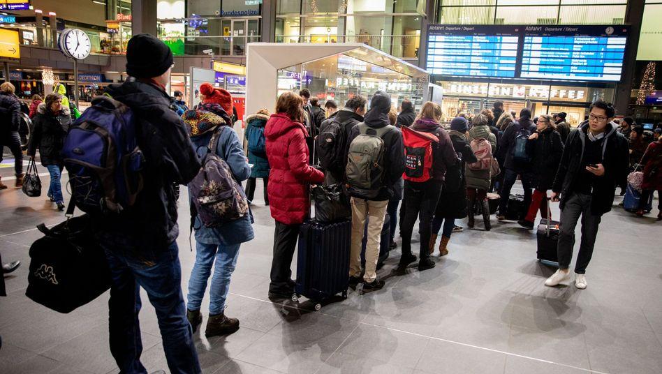 Reisende im Berliner Hauptbahnhof