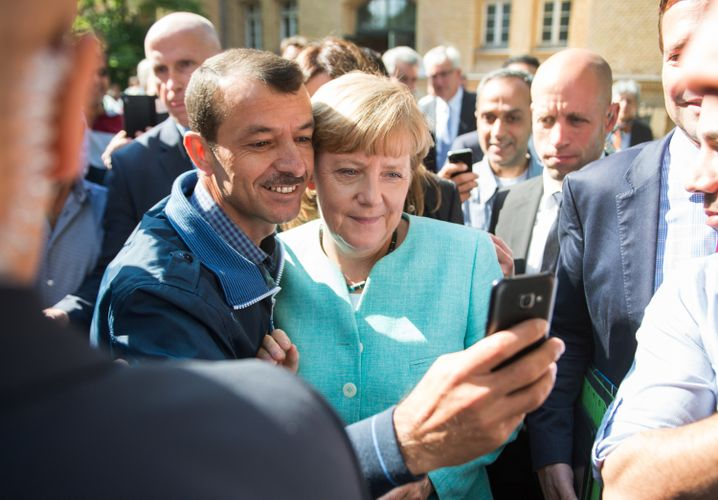 Selfie mit Flüchtling: Hat Merkel die Menschen erst eingeladen?