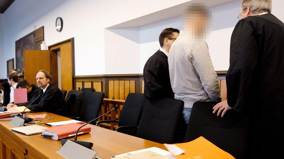 Kleve: Der Hauptangeklagte (2.v.r) mit seinen Anwälten im Gericht