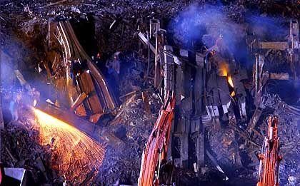 Stahlträger müssen mühsam mit Schweißbrennern zerlegt werden.
