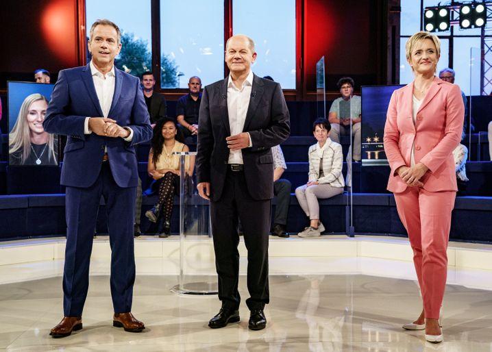 Scholz (Mitte) mit Ellen Ehni und Andreas Cichowicz