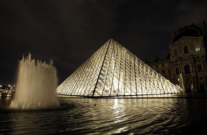 Glaspyramide am Louvre in Paris