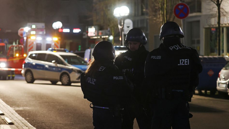 Polizisten in Hanau: Am Abend fielen an zwei Tatorten Schüsse