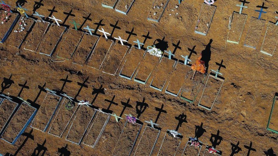 Gräber von Covid-19-Opfern im brasilianischen Manaus:Schwellenländer gehen leer aus