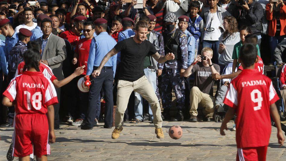 David Beckham spielt mit Kindern in Nepal: Fußball für den guten Zweck