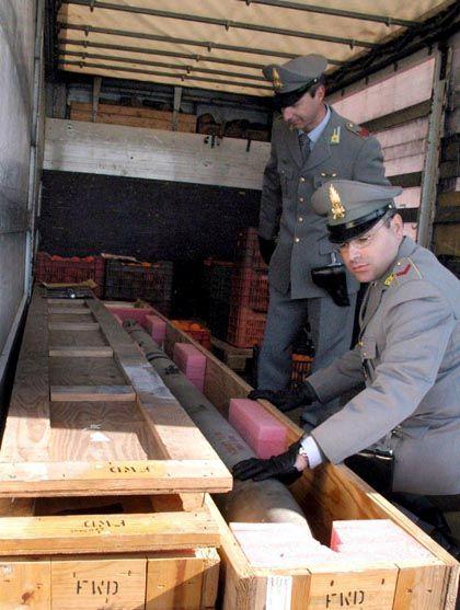 Explosiver Fund: Bei einer Routinekontrolle entdeckten Zöllner die beiden Raketen.
