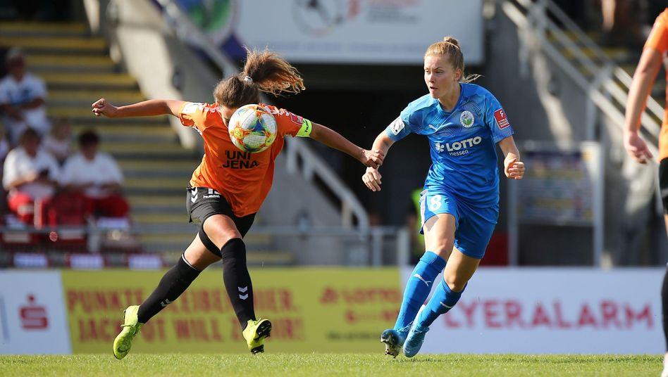 Auf Julia Arnold vom FF USV Jena (l.) warten im Juni sieben Pflichtspiele