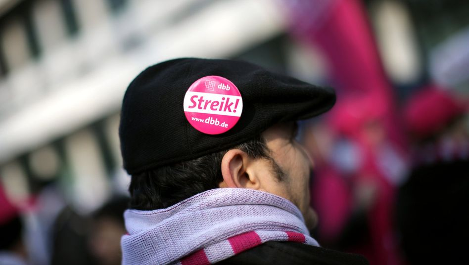 Demonstrant in Düsseldorf: Einigung nach langem Arbeitskampf