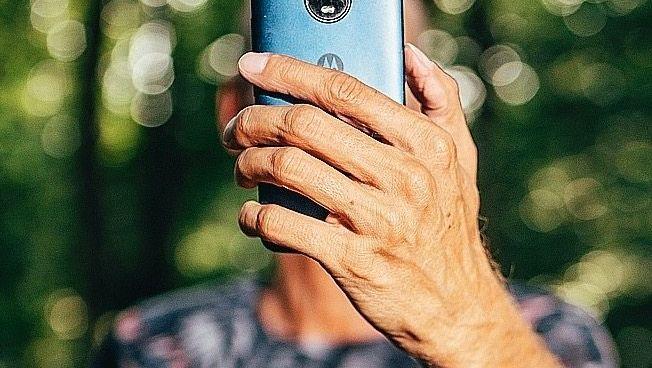 Mikrojobber Schmidt Handy als wichtigstes Arbeitsmittel