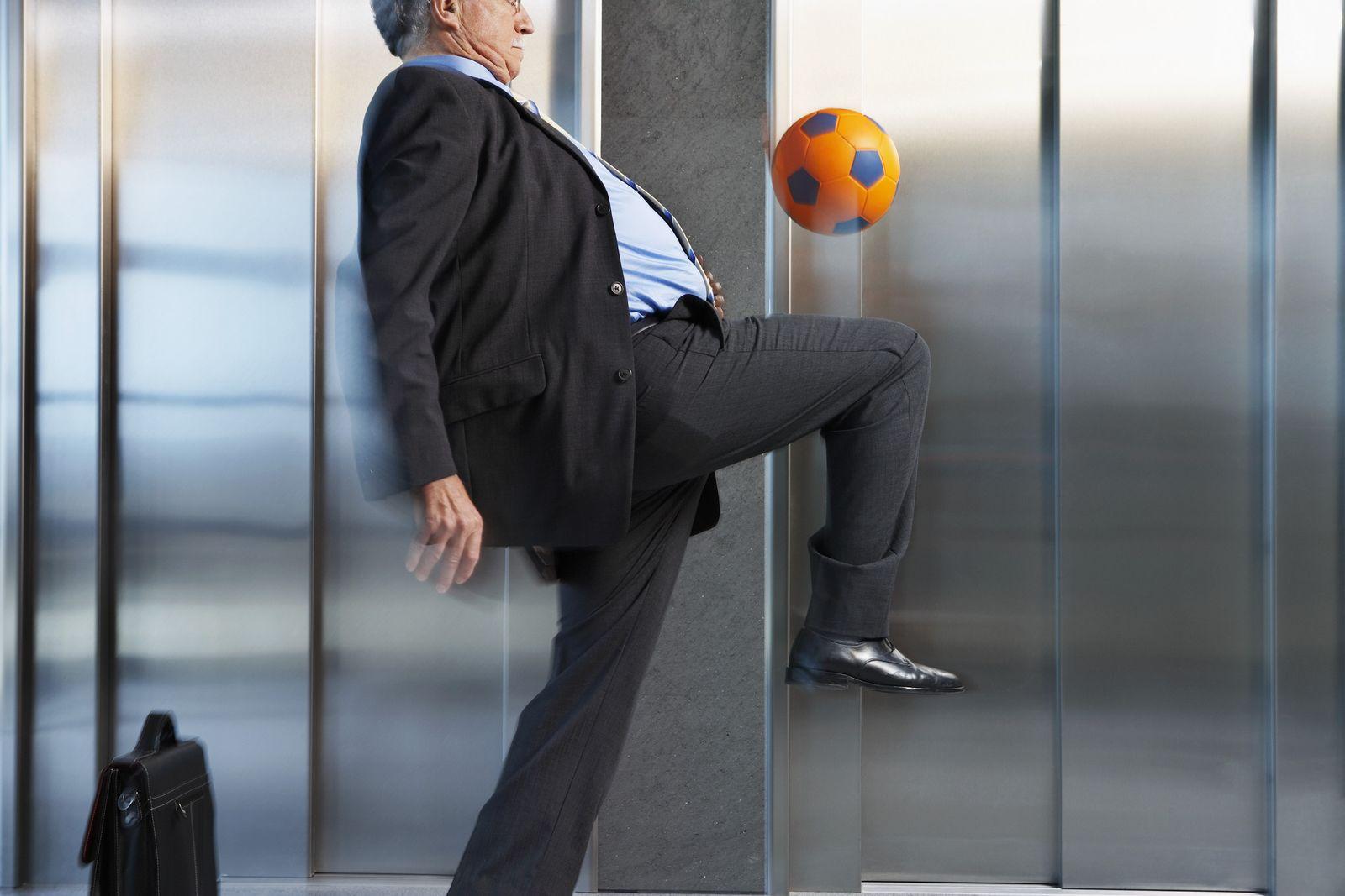 NICHT MEHR VERWENDEN! - KaSP Fußball Manager Fahrstuhl senior SYMBOLBILD