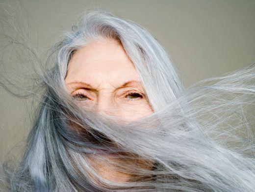 Luftbläschen im Haar führen dazu, dass es grau oder sogar weiß erscheint