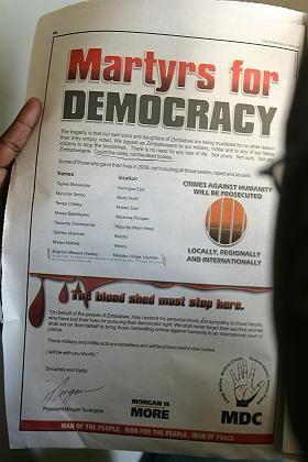 """Die Zeitung """"The Standard"""" aus Simbabwe listet die Namen von acht durch politische Gewalt Getötete auf: Märtyrer der Demokratie"""
