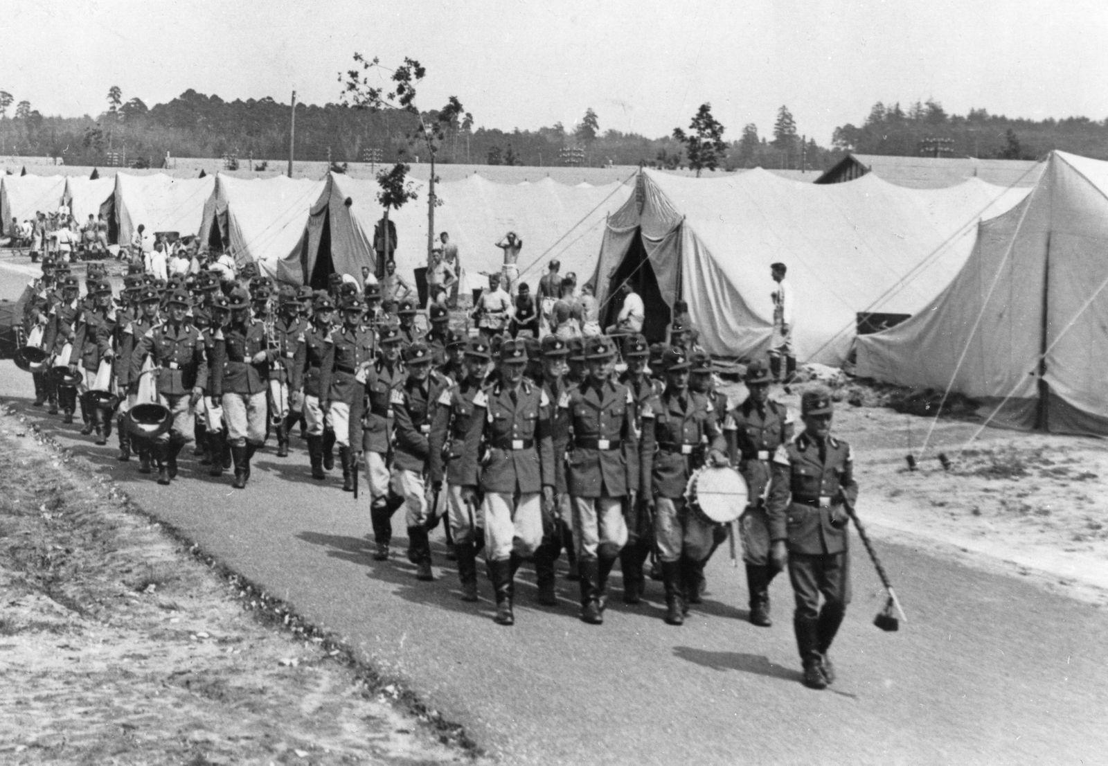 NSDAP Parteitag 1939 - Ein Vorauskommando des Reichsarbeitsdienstes vor der Zeltstadt Nürnberg-Langwasser