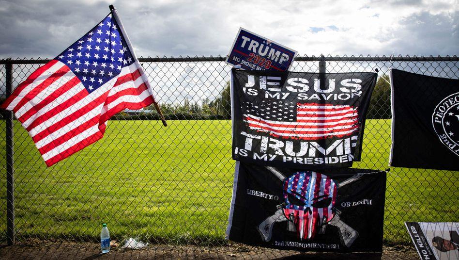 """""""Army for Trump""""? - Flaggen bei einer Veranstaltung der """"Proud-Boys"""" in Portland"""