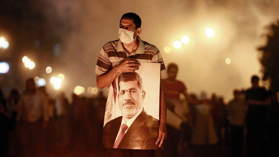 Mursi-Anhänger mit Plakat des gestürzten Präsidenten in Kairo: »Der Islam zeigt den Weg«