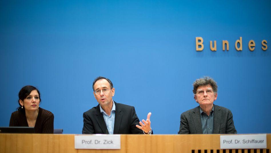 Umgang mit Pegida: Forscher fordern neues Deutschland-Bild in Lehrplänen
