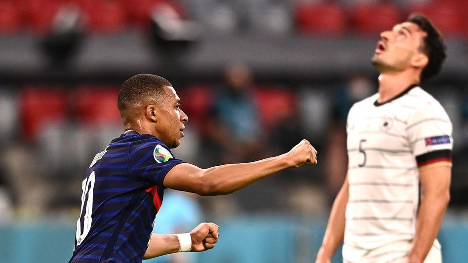 Kylian Mbappé jubelt, Mats Hummels ist enttäuscht: Sein Eigentor brachte Frankreich den Sieg gegen Deutschland