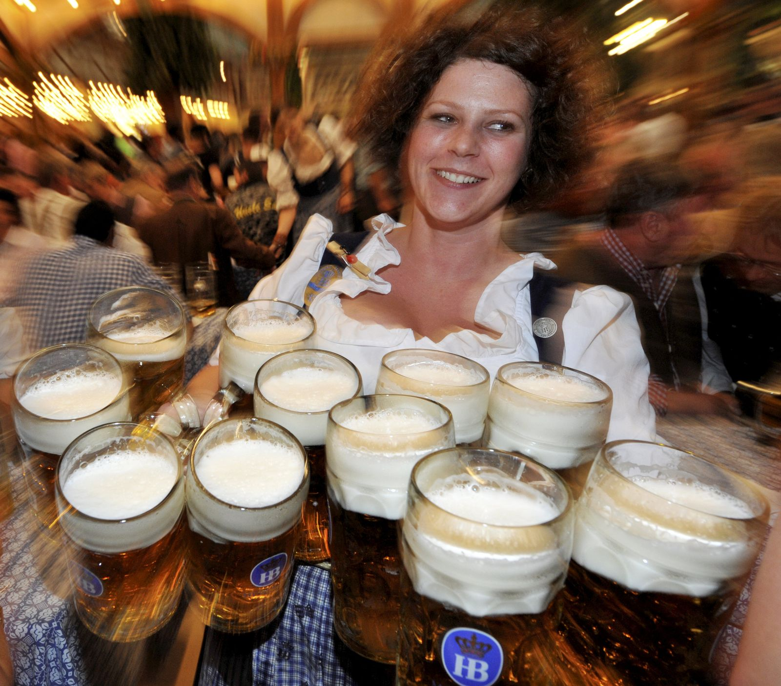 Oktoberfest 2012 - Kellnerin Helga mit elf Maß Bier