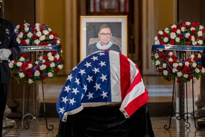 Der Sarg mit dem Leichnam von Ruth Bader Ginsburg im Kapitol