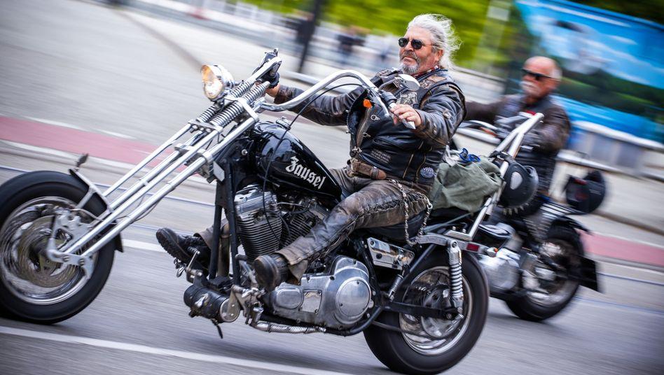 Zwei von über 1000 Motorradfahrern, die im Fahrzeugkorso durch die Schweriner Innenstadt fuhren