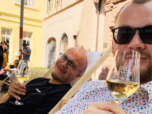 Matthias Rasper alias Matze (vorn) und Autor Florian Gontek im Sommer 2020 vor der Alten Wache auf dem Freiburger Münsterplatz
