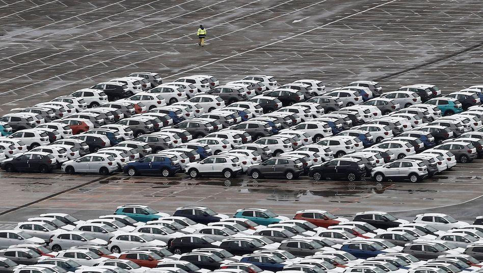 Neuwagen vor einem bereits geschlossenen VW-Werk im spanischen Pamplona