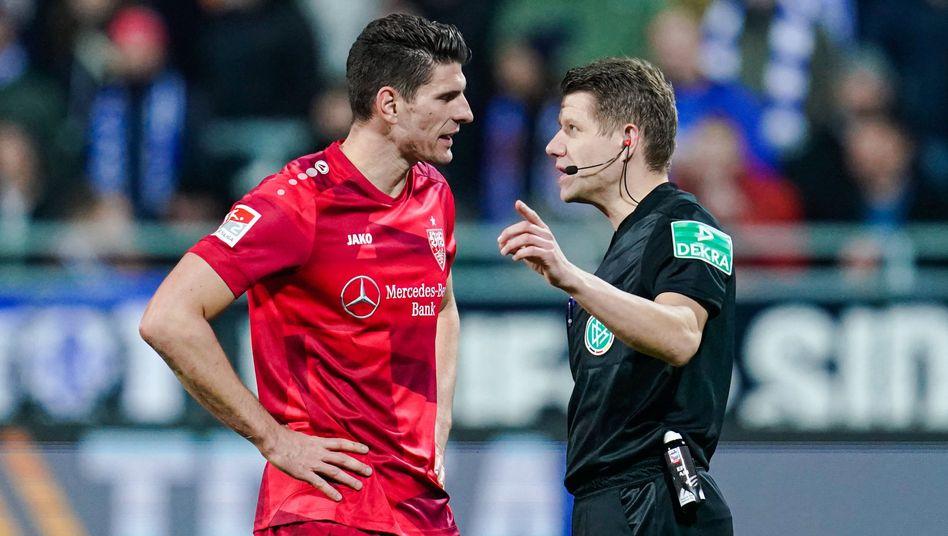 Stuttgarts Mario Gomez (links) spricht mit Schiedsrichter Patrick Ittrich nach einer Abseitsentscheidung