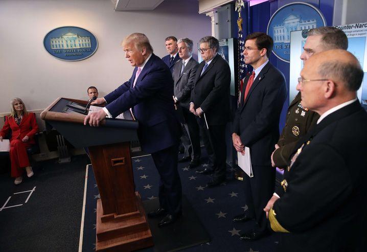 Tägliches Briefing des US-Präsidenten: Trump spricht über Kartelle - während in seinem Land das Chaos tobt