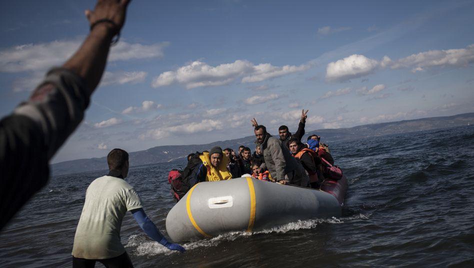 Ein überfülltes Schlauchboot mit Flüchtlingen kommt an der griechischen Insel Lesbos an