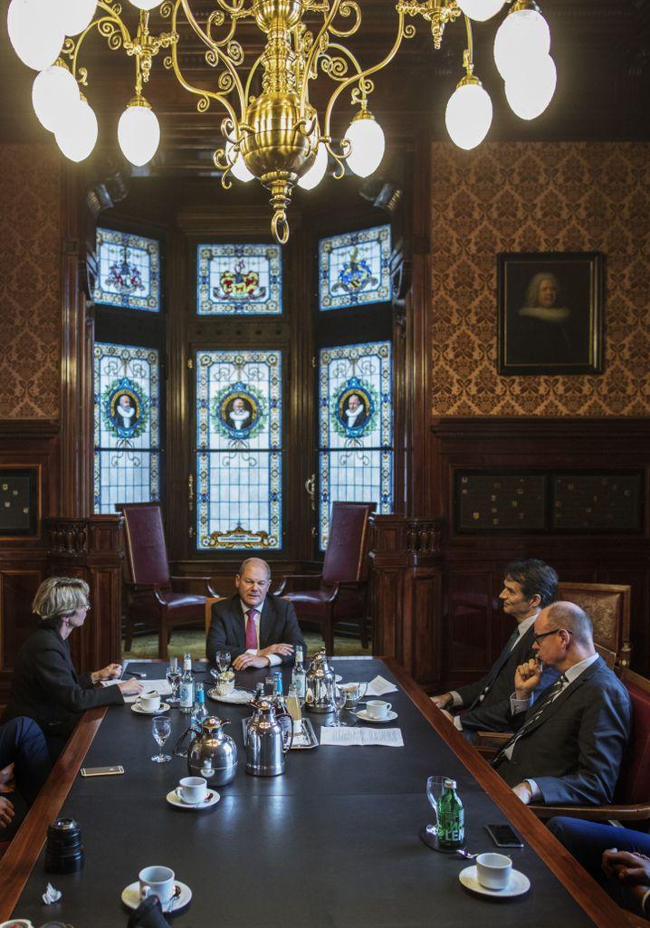 Scholz beim SPIEGEL-Gespräch mit den Redakteuren Annette Großbongardt, Klaus Brinkbäumer und Michael Sauga im Hamburger Rathaus.
