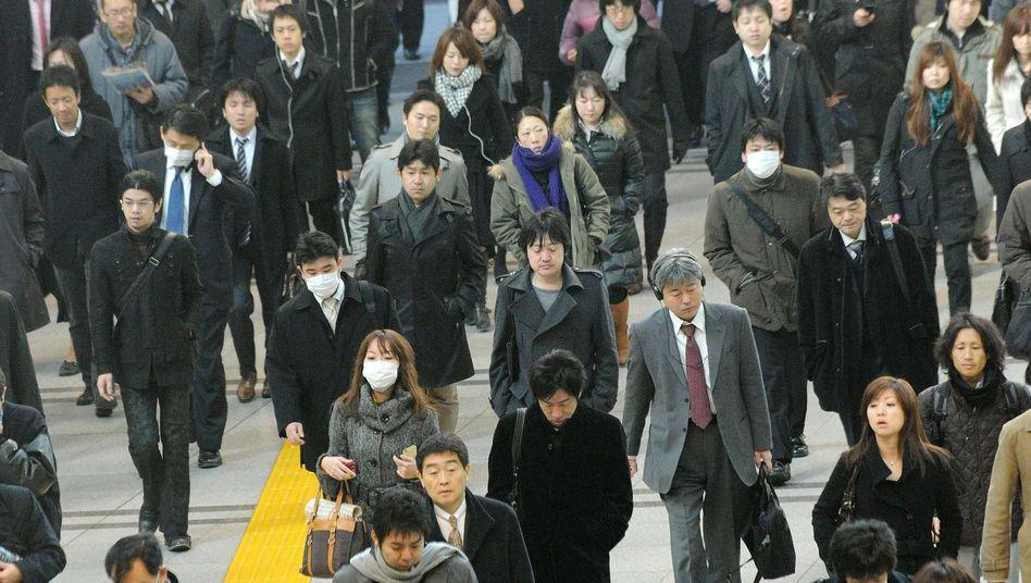 Japaner in Tokio auf dem Weg zur Arbeit