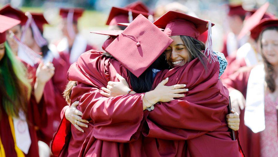Die Abschlussfeier der Highschool ist für viele US-amerikanische Schüler ein feierlicher Moment (Symbolbild)